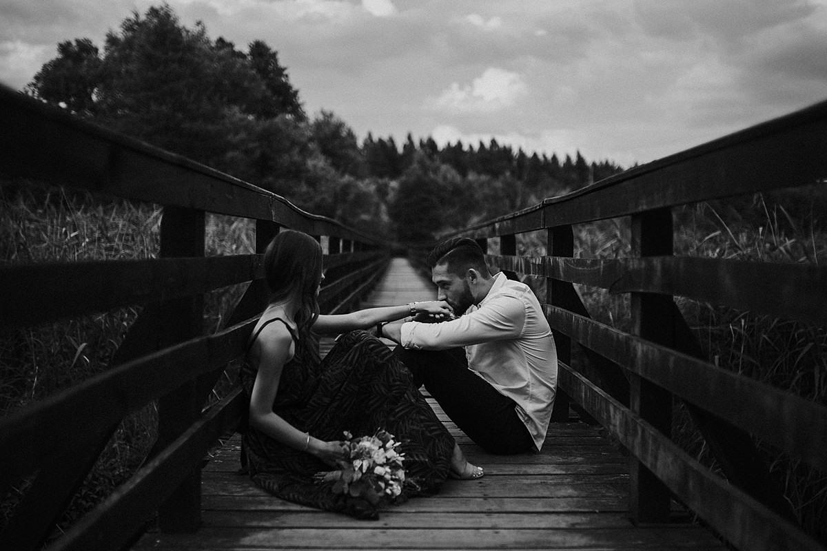fotograf ślubny poznań pocałunek dłoń kobieta tradycja piękno