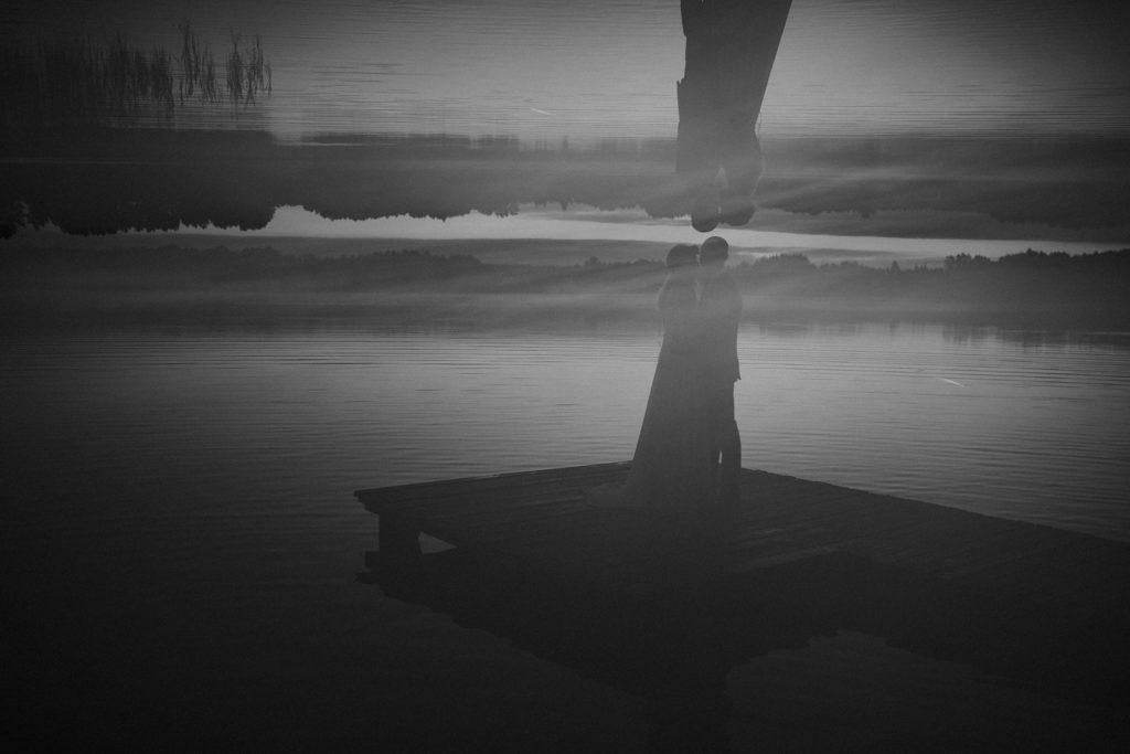 wianek liście jezioro orle pani młoda  pan młody fotograf ślubny poznań podlasie czarno białe mirror odbicie double exposure